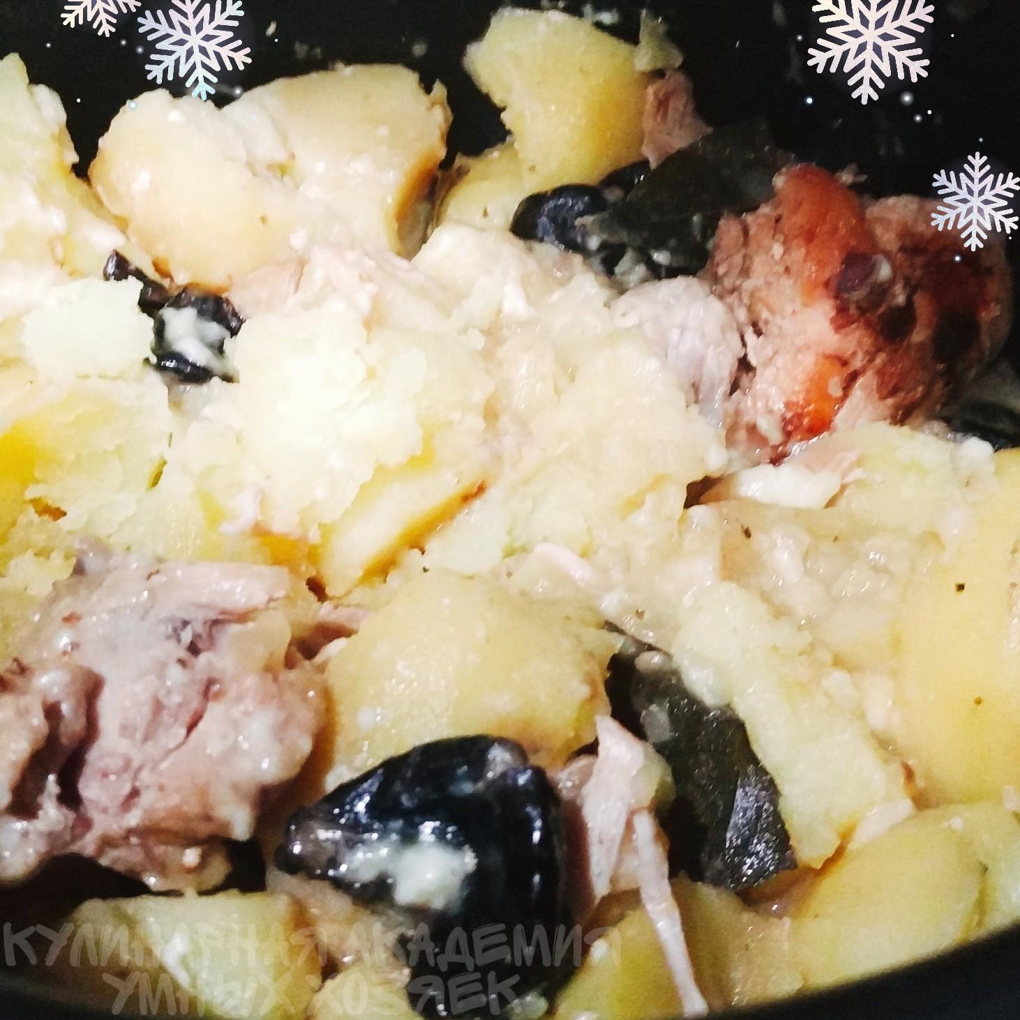 Рагу с курицей, картофелем и черносливом