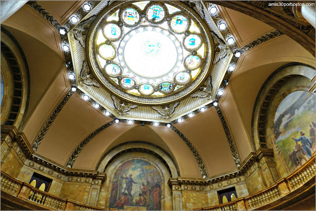 Vidriera y Murales del Memorial Hall en el Massachusetts State House de Bos