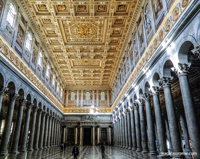 Nave principal da Basílica de São Paulo Extramuros, em Roma