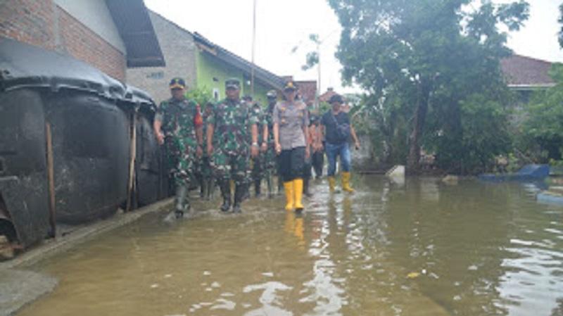 Pangdam III/ Siliwangi TinjauLokasi Banjir Di Karangligar