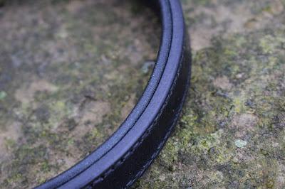 Dettaglio di collare con imbottitura in cuoio nero e fibbia con roller in ottone cucito a mano