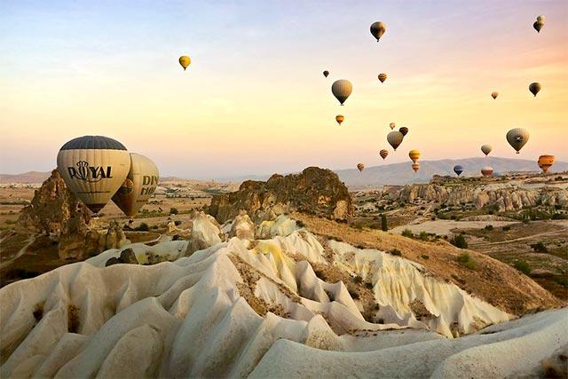 Sonbahar'da romantik tatil yapmak isteyenlerin ilk adresi kesinlikle Kapadokya. Gün doğumunda veya gün batımında balonla uçup sevgilinize ilanı aşk edebilir ya da aşkınızı tazeleyebilirisiniz.
