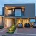 Fachada de casa contemporânea com mix de tons cinza, revestimento 3D + iluminação!