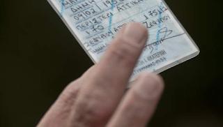 77χρονη γυναίκα έδωσε 15.000 ευρώ σε αστυνομικό για να της κρύψει 10 χρόνια από την ταυτότητα