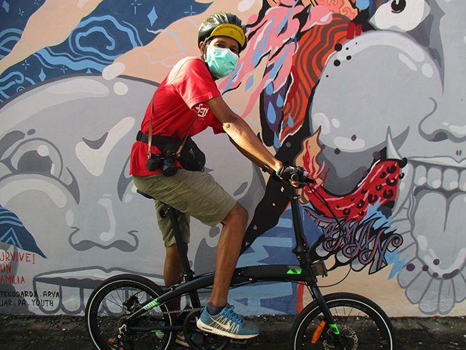 Berfoto di sudut gang penuh mural