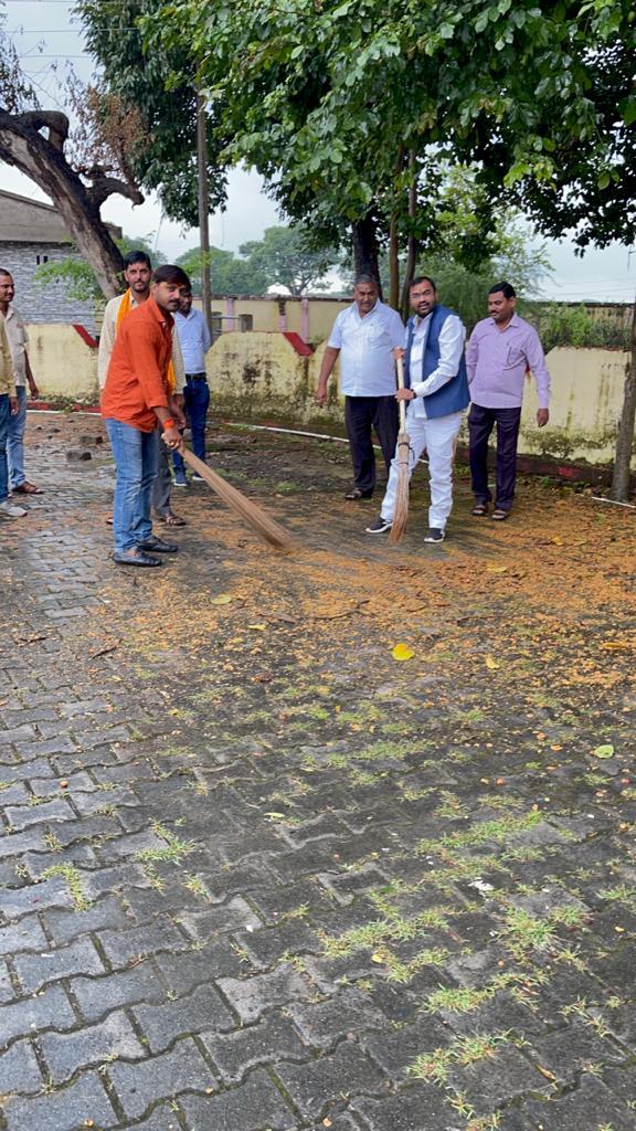 प्रमुख प्रतिनिधि ने ब्लॉक परिसर में चलाया स्वच्छता अभियान