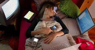 Bahaya Tidur Sambil Mengecharge Ponsel di dekat kita
