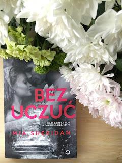 """Mia Sheridan oraz jej najnowsza książka """"Bez uczuć"""" od wydawnictwa Otwarte."""