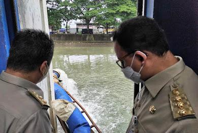 Pantau Penanganan Banjir, Anies Apresiasi Kerja Cepat Petugas dan Warga