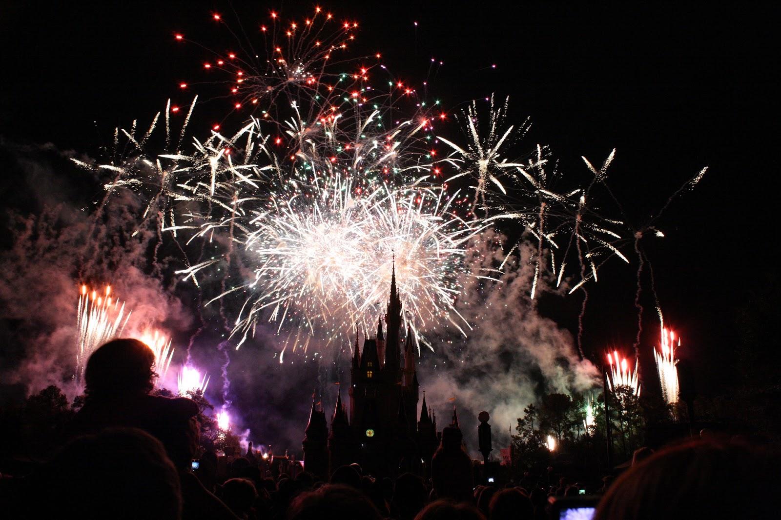 Wishes, realizado no Magic Kingdom, em 2009. Este show de fogos acabou em 2017.