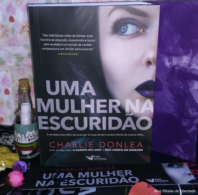 livro, Uma-mulher-na-escuridao, Charlie-Donlea, Faro-Editorial, capa, foto