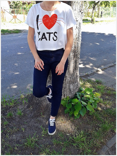 T-shirt, jeansy, tenisówki