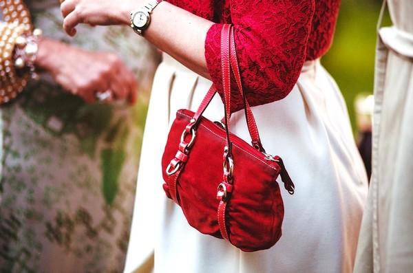 Sac à mains rouge, accessoire de mode pour robe de soirée