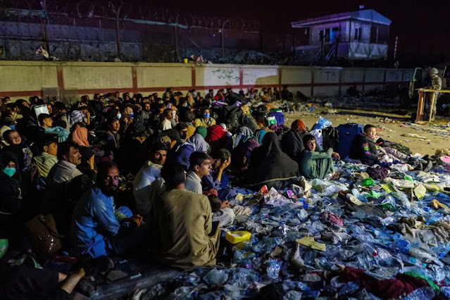 Afghan refugees gathered in the Baron hotel area in the capital Kabul while British troops secured the surrounding area. Photo: Los Angeles Times