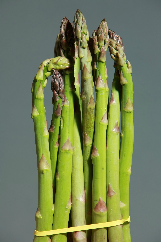 asparagus-spears-tied-together