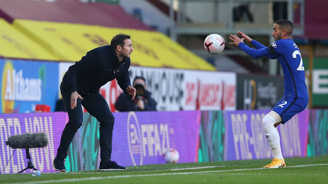 Frank Lampard throws the ball to the in form Hakim Ziyech of Chelsea