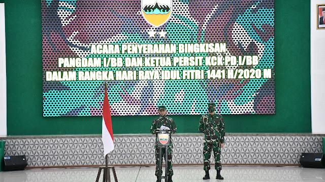 Pangdam I/BB dan Ketua Persit KCK PD I/BB Serahkan Bingkisan Idul Fitri 1441 H