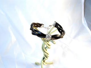 Vue d'ensemble d'un bracelet cuir noir décoré d'un motif rond