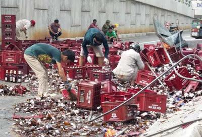 Xe chở hơn 1000 két bia bị lật người dân giúp tài xế gom từng chai