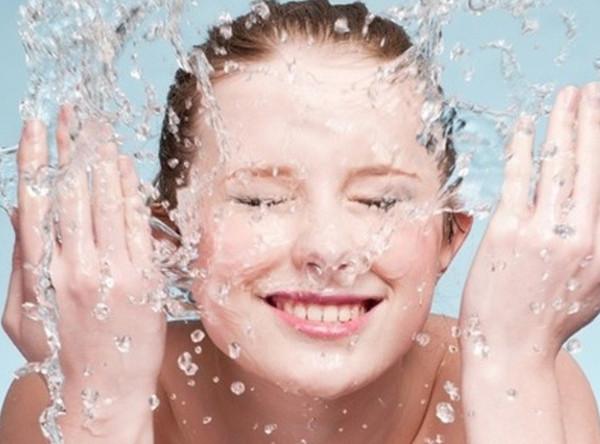 Rửa mặt thường xuyên 3-4 lần/ngày
