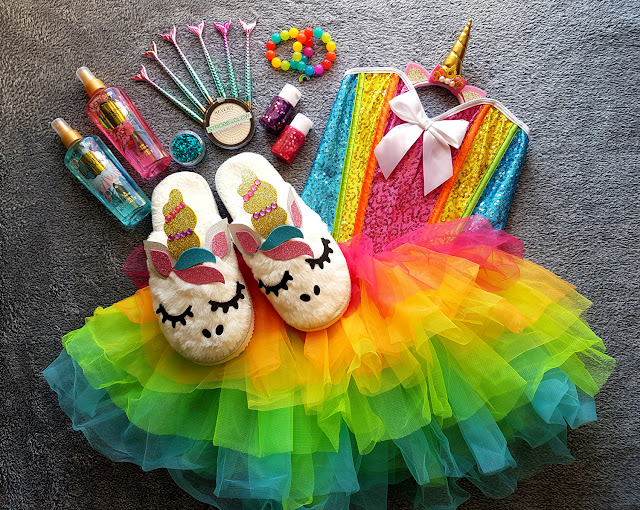 stroje karnawałowe - strój na karnawał - przebranie karnawałowe - kostium dla dziecka na bal przebierańców - strój jednorożca - makijaż jednorożca - unicorn costume - unicorn makeup - Revers Cosmetics -  rozświetlacz Strobe&Glow - mgiełka do ciała Lotus Parfums - mgiełka rozświetlająca - kapcie jednorożce - strój ptaka - bird costume