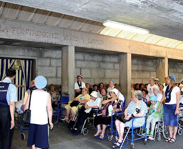 Fiéis aguardam sua vez nas piscinas de Lourdes, setor feminino