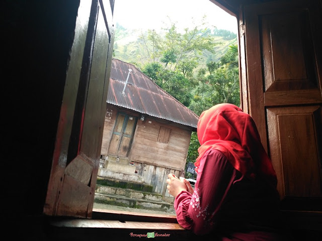 dari balik tirai jendela