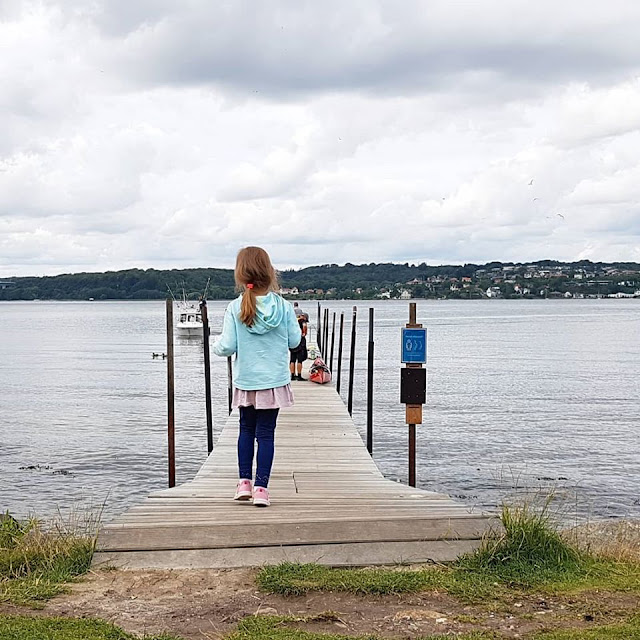 Drei geniale Rast- und Spielplätze auf der Fahrt in den Dänemark-Urlaub nahe der Autobahnen E45 und E20. Ein Steg führt hinaus auf den Vejle Fjord: Hier könnt Ihr bei Eurer Rast sogar baden!