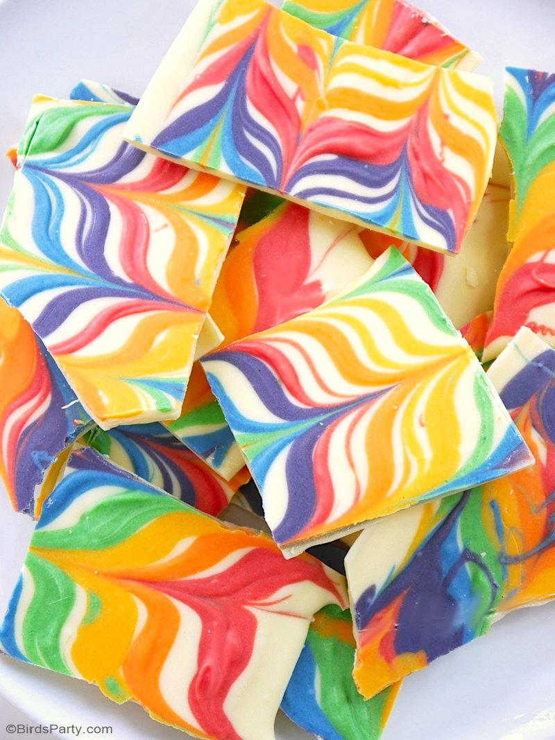 Recette Barre de Chocolat Arc en Ciel 2 Façons - deux recettes faciles et amusantes à faire pour un goûter coloré de Mardi Gras ou anniversaire licorne ! BirdsParty.com @birdsparty #arcenciel #licorne #anniversairenfants #chocolat #recettearcenciel #recette #dessert