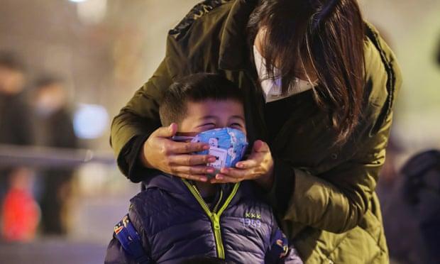 Foto de madre con su hijo usando mascarilla