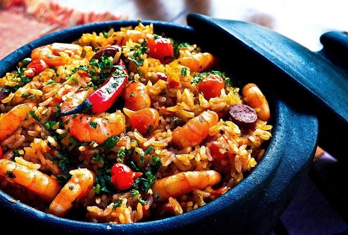 Cazuela tierra y mar de arroz, mariscos, chorizo y guindilla