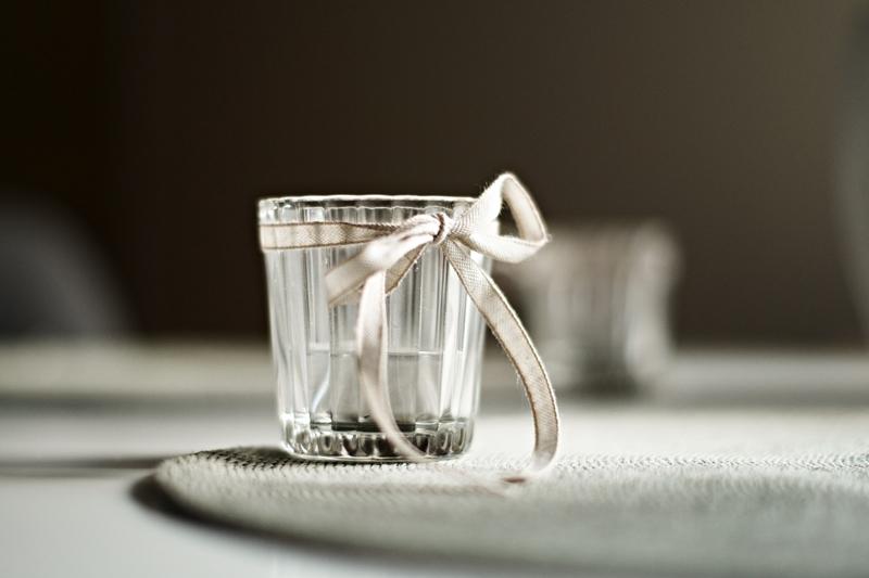 Blog + Fotografie by it's me - Bunt ist die Welt, geriffeltes Glas-Teelicht mit Schleifenband