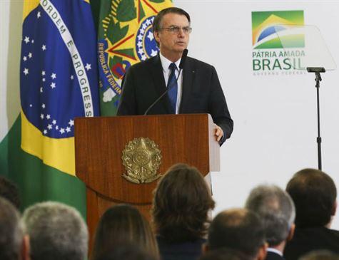 Sem política para salário mínimo, Bolsonaro se expõe a risco político