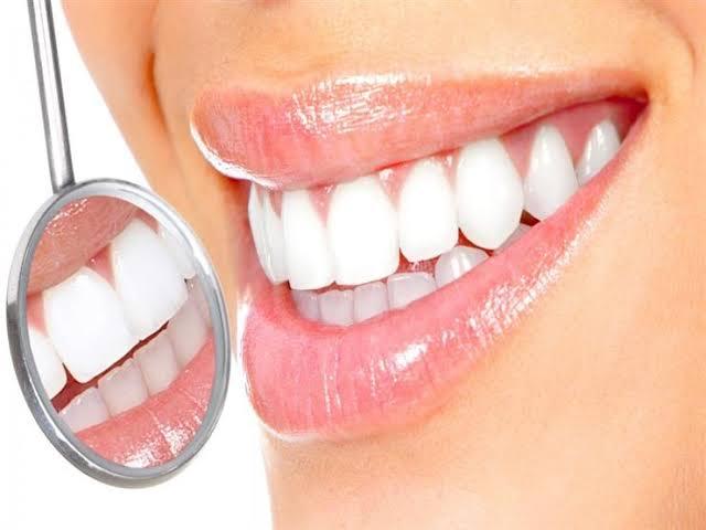 تبيض الأسنان في المنزل بالوصفات الطبيعيه