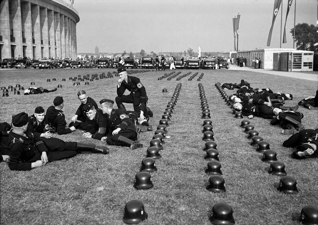 Tropas de las SS alemanas relajándose en los Juegos Olímpicos de 1936 en Berlín