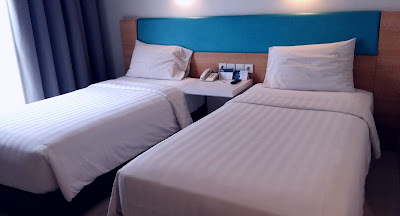 tempat tidur di Batiqa Hotel Karawang