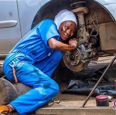 Beautiful Lady Working As A Mechanic Melts Hearts Online