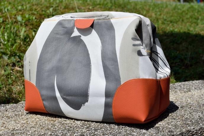 Genähte Kosmetiktasche nach dem Schnitt Carpet Bag Small von Machwerk, aus grau gemustertem Outdorrstoff und terracotta Kunstleder