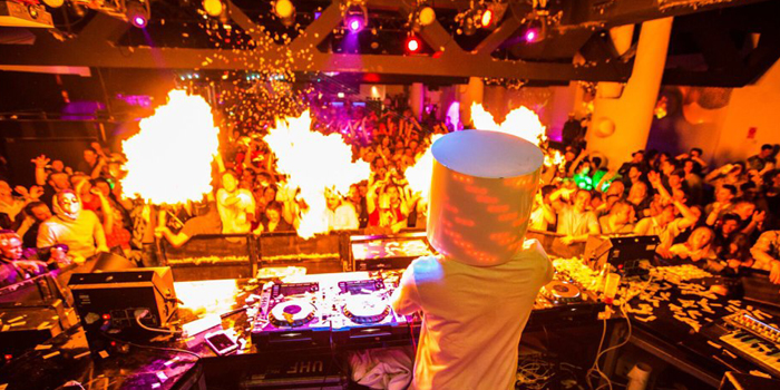 マシュメロの被り物をしたDJ、Marshmello(マシュメロ)の人気曲をミュージックビデオでまとめて紹介