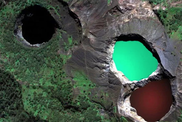 克裡穆圖火山(Kelimutu)
