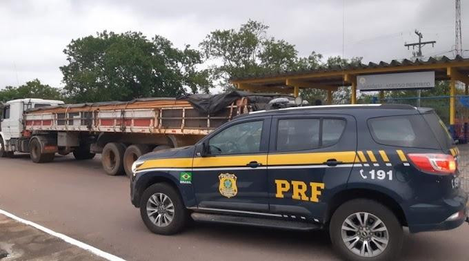 Motorista de carreta é detido após ser flagrado transportando carga ilegal de madeira