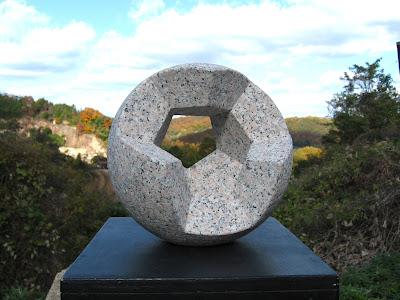 久保極の万成石の彫刻