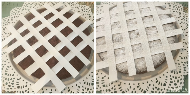 bizcocho-con-tiras-de-papel-para-decorar-con-azúcar-glas
