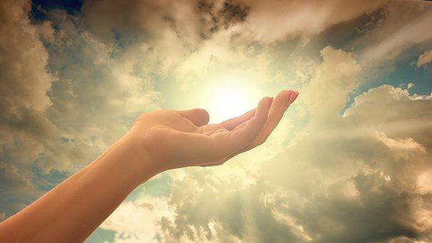 Una mano en un cielo iluminado. Qué es el espacio-tiempo