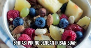 Hiasi piring dengan irisan buah