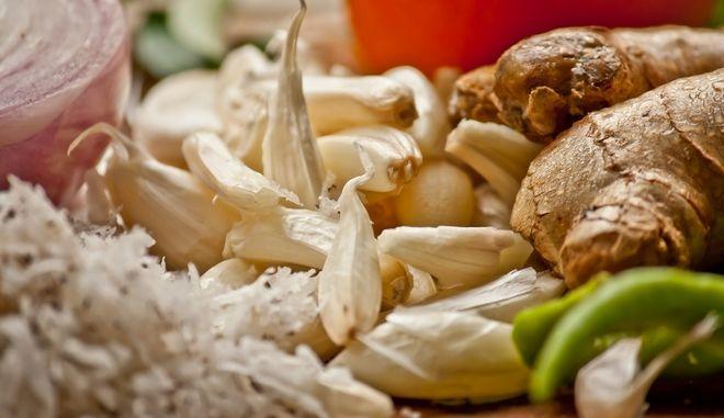 """Πώς ο κορονοϊός απειλεί με """"εξαφάνιση"""" το σκόρδο και το τζίντζερ"""