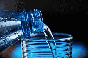 Beber la cantidad adecuada de agua es el remedio más simple para combatir la deshidratación