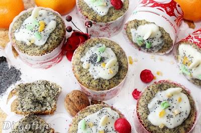 Pieguski - pomarańczowe muffinki z makiem i polewą z białej czekolady