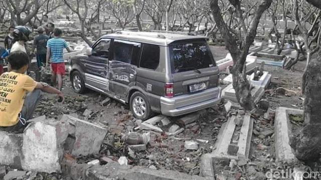 Hiii.... Ada Mobil Masuk Makam di Pasuruan, Fotonya Viral