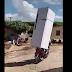 VÍDEO: HOMEM É FLAGRADO CARREGANDO GELADEIRA EM MOTOCICLETA E VIRALIZA